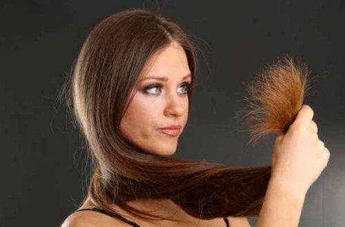 Lśniące włosy rozdwojone końcówki