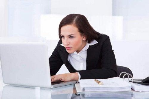 Nieprawidłowa pozycja przy komputerze.
