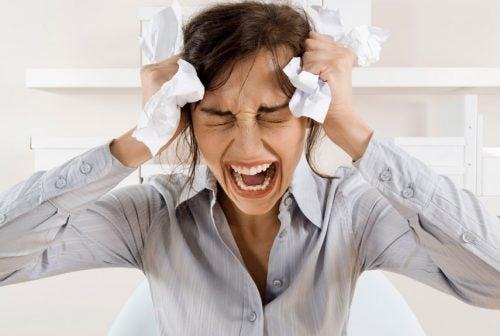 Kobieta krzyczy, płacze