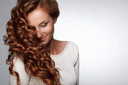 wzrost włosów, kobieta i kręcone włosy