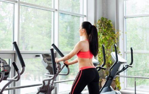zwiększenie masy mięśniowej kobieta na orbitreku ćwiczy