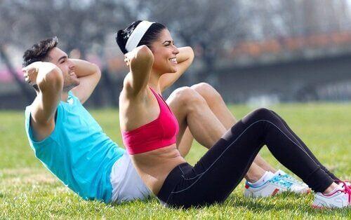 Ćwiczenia fizyczne, para zrzuca zbędne kilogramy