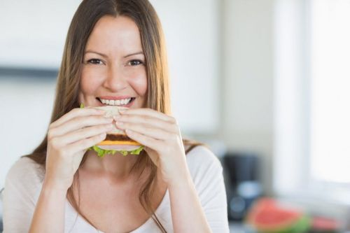 śniadanie  kobieta zjada kanapke