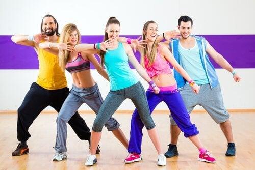 grupa ludzi ćwiczy aerobik