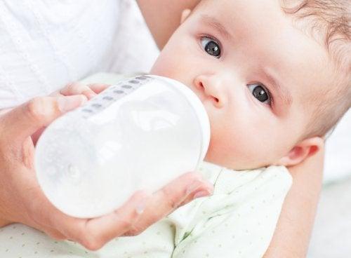 Dziecko podczas karmienia