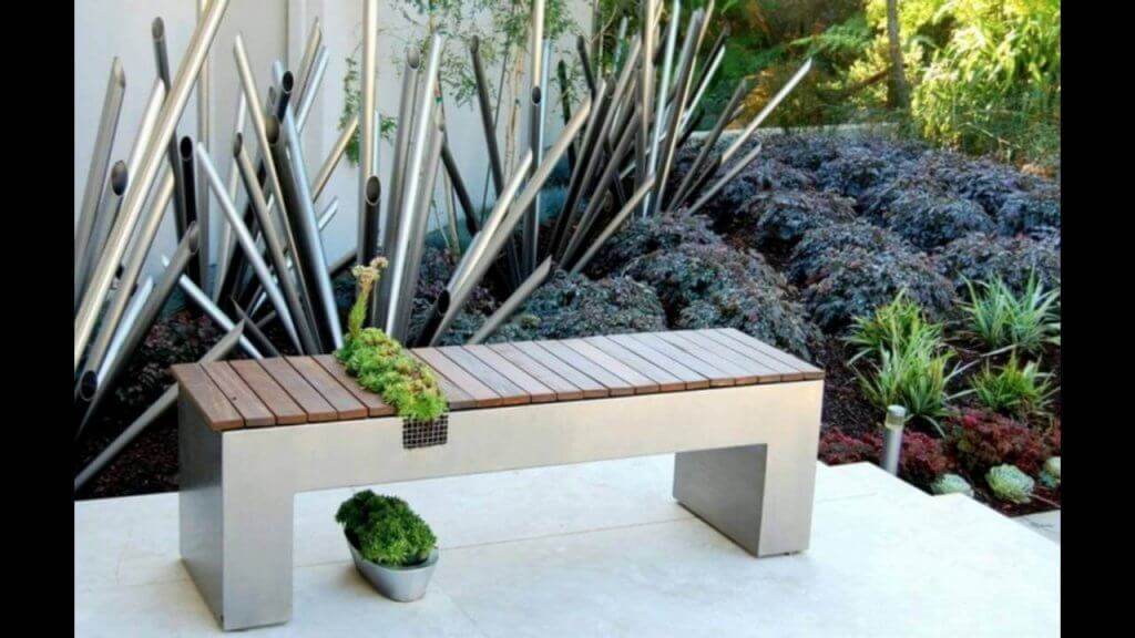 niewielka ławeczka ozdobi ogród na balkonie