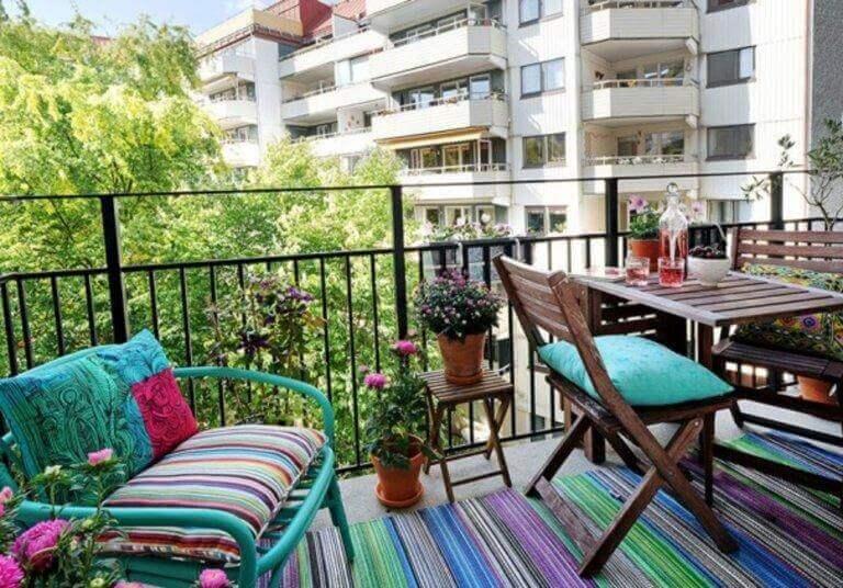 kolorowe meble i dodatki ożywią ogród na balkonie