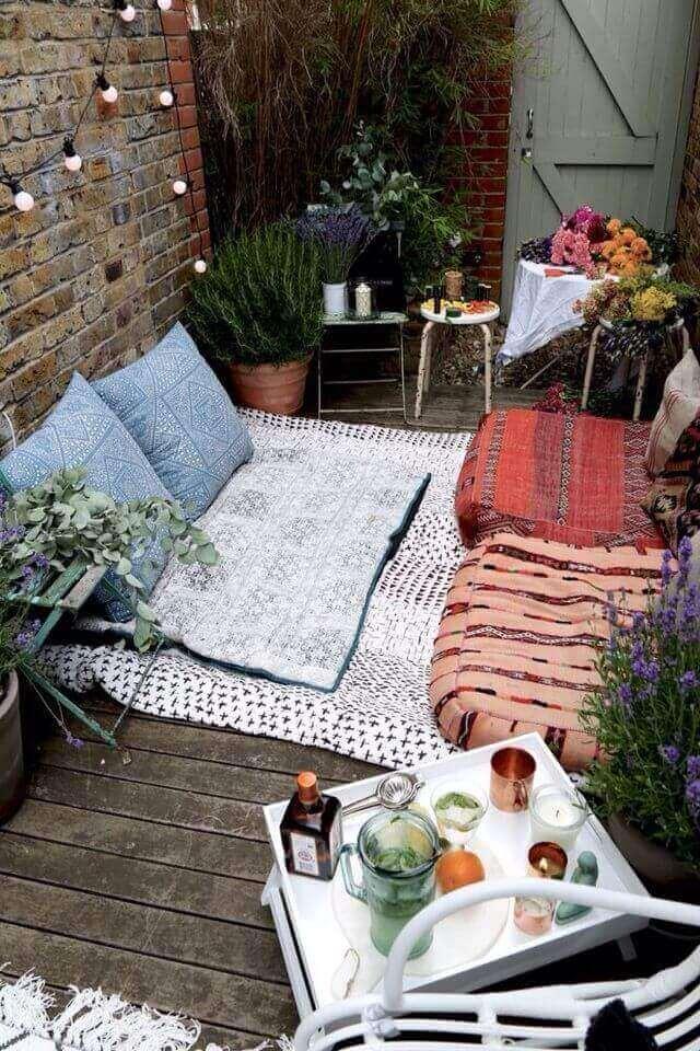 poduszki, dekoracje i lampki - pomysł na ogród na balkonie