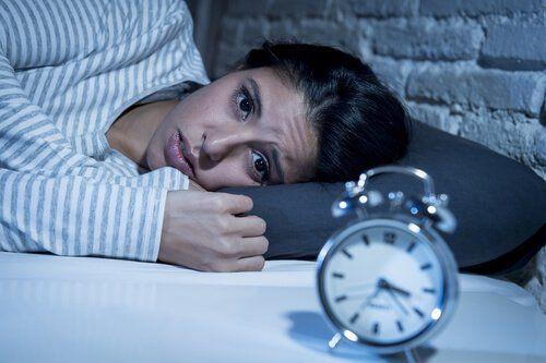 Bezsennosć, kobieta nie śpi