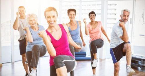 Kobiety ćwiczą wyglądać młodziej
