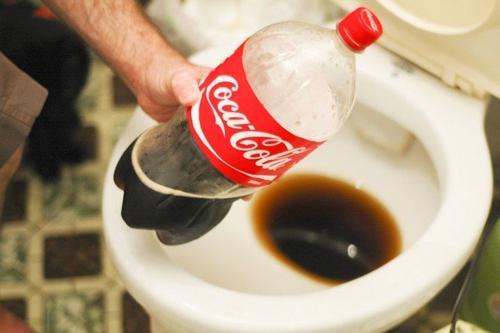 Coca-cola do czyszczenia muszli klozetowej