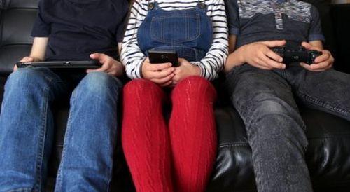 dzieci z urządzeniami elektronicznymi