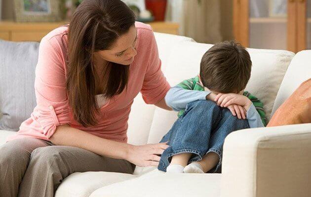 Dziecko płacze, matka je pociesza