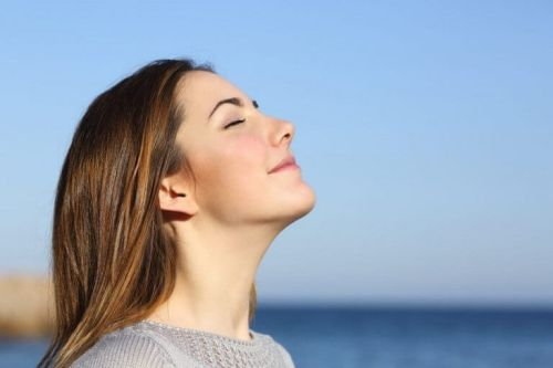 Kobieta głęboko oddycha aby schudnąć
