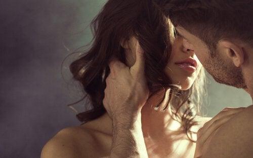 Gra wstępna kobieta z partnerem całują się