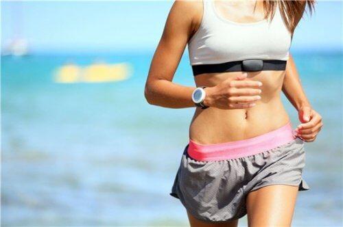 biegnąca kobieta sport na spadek zły cholesterol ldl