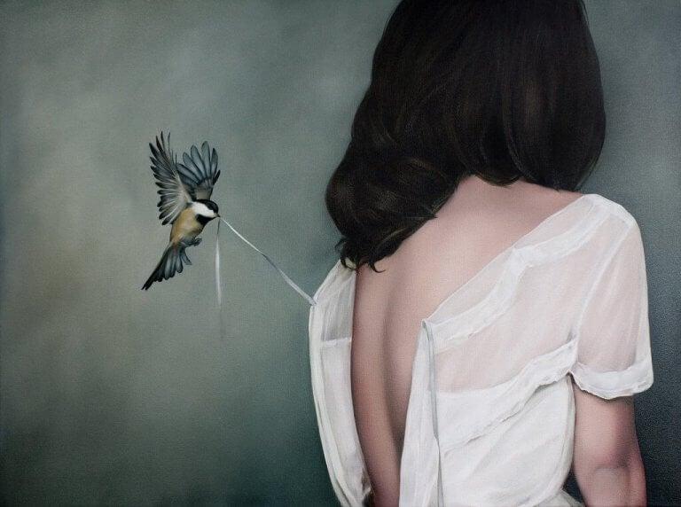 Kobieta ptaszek trzyma kordonek od bluzki prawdziwa miłość nie boli