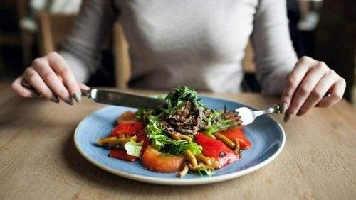 kobieta jedząca zdrowy posiłek