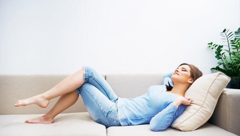 relaks w domu , kobieta na kanapie
