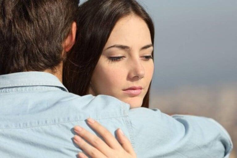 Kobieta przytula sie do mężczyzny przeszłość na drodze do szczęścia