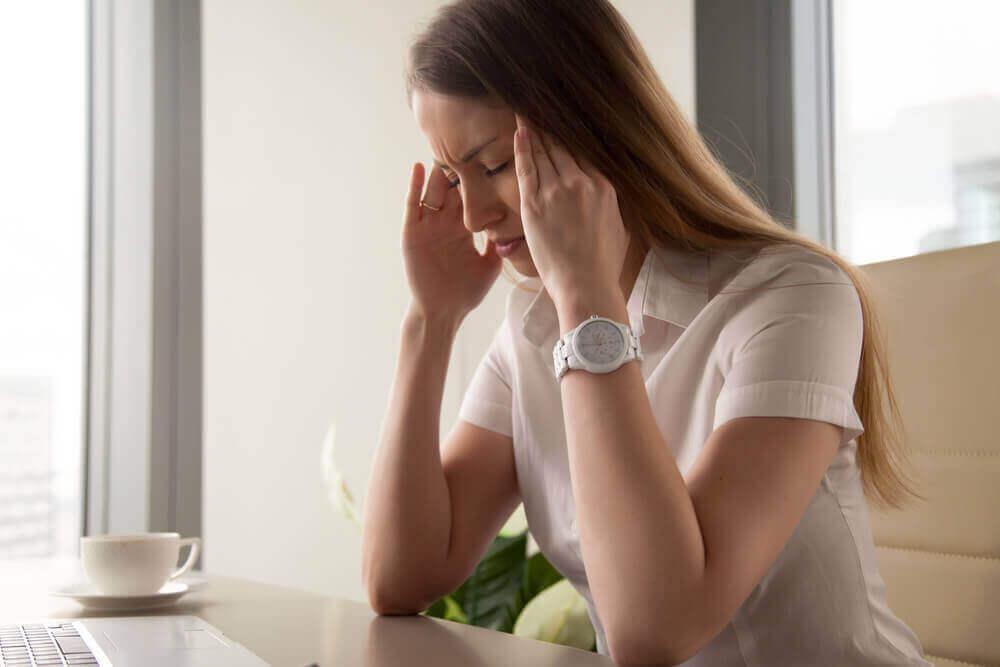 kobieta z bólem głowy ze względu na stres i napięcie