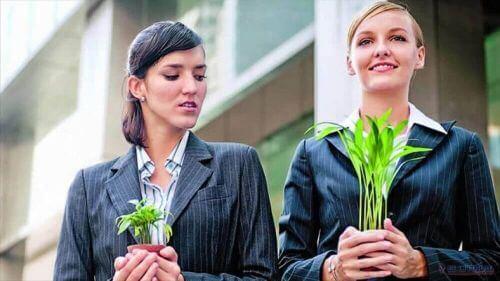 Kobiety trzymają doniczki z roślinami jedna większa druga mniejsza mentalność ofiary