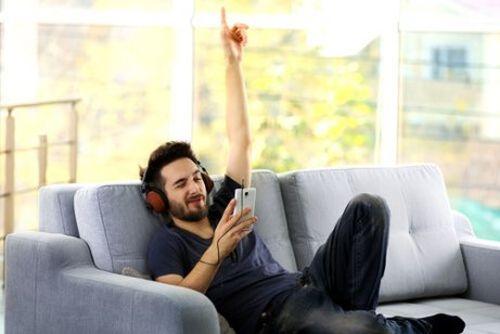 mężczyzna słucha muzyki ze smartphona