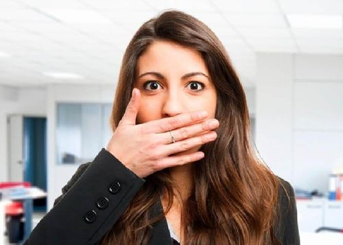 Nieświeży oddech, Kobieta zatyka usta