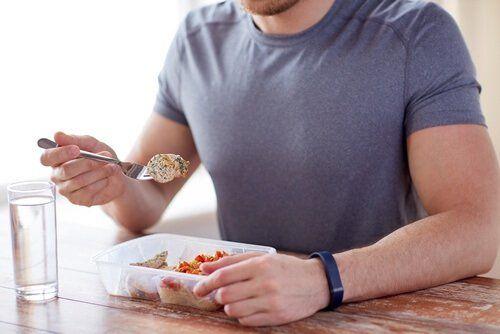 Mężczyzna je posiłek Niewielki posiłek