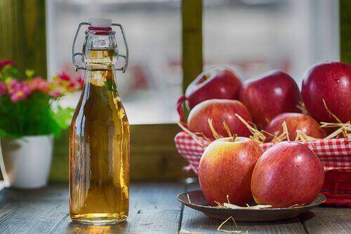 Ocet jabłkowy jabłka na jedwabiste włosy