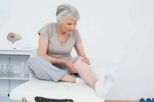 Kobieta z obolałym kolanem - pomoże olejek lawendowy