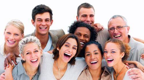 Szczęśliwa grupa ludzi a smutek