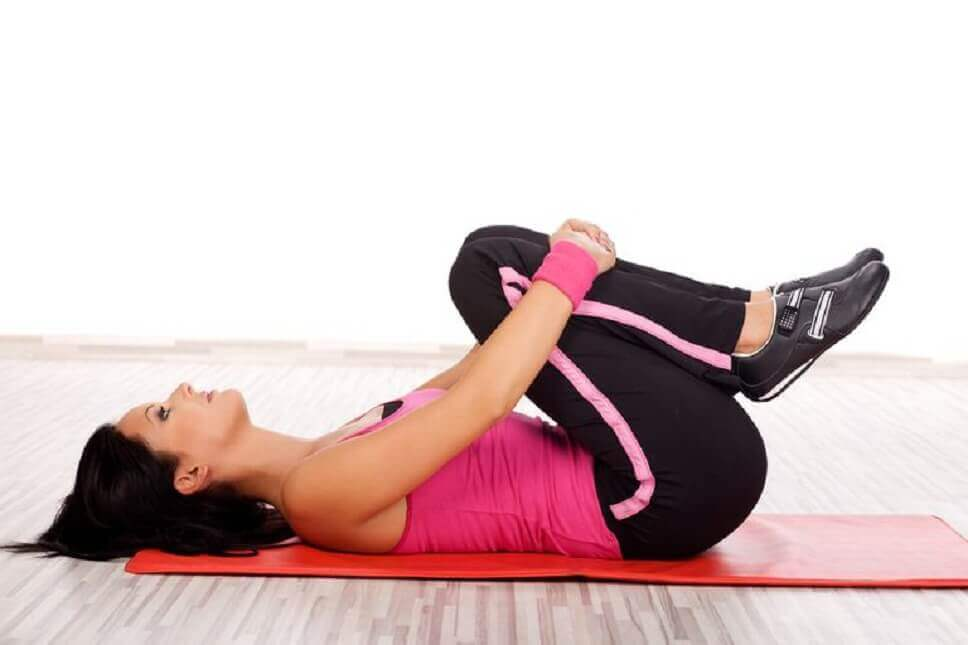 Przyciąganie kolan do klatki piersiowej