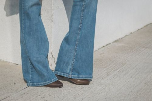 rozkloszowane dżinsy