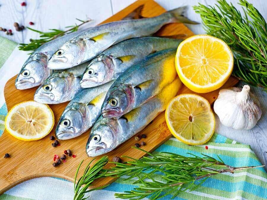 świeże ryby na desce do krojenia