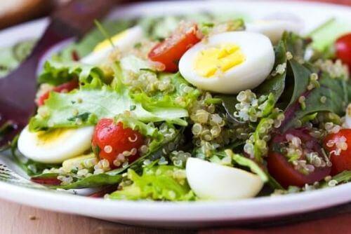 Sałatka z jajkiem potrawy bogate w białko