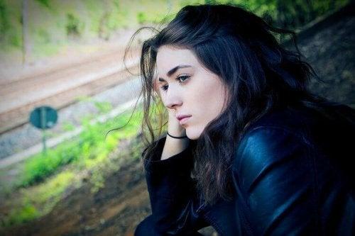Słabe włosy, smutna kobieta