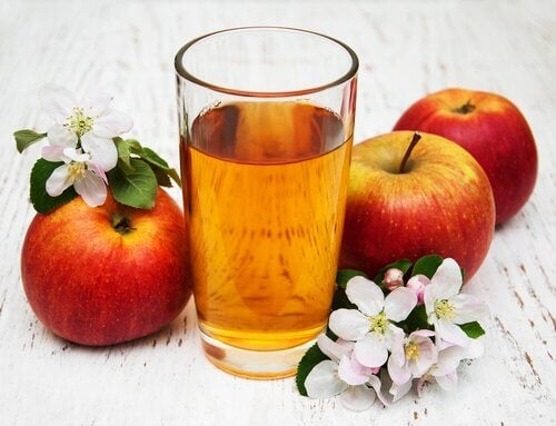 sok jabłkowy i jabłka