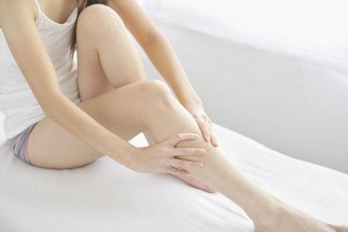 Kobieta trzyma się za kolano