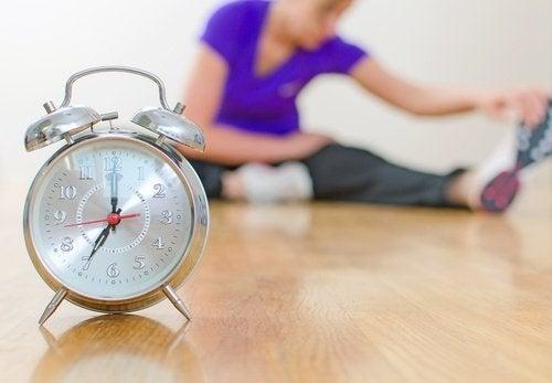 kobieta ćwiczy zegar smutek