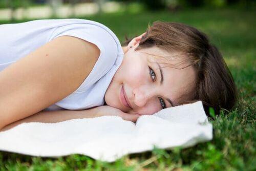 radość i szczęście kobieta leży na poduszce uśmiechnięta