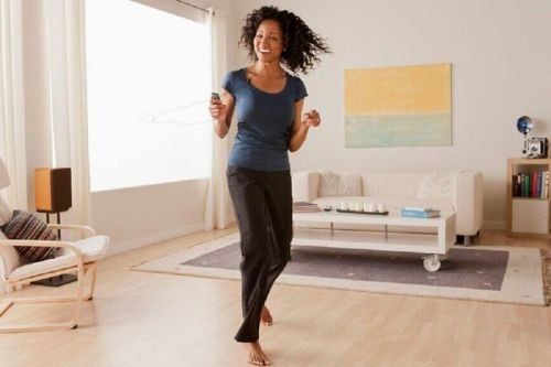 ćwiczenia przyspieszające metabolizm, kobieta tańczy