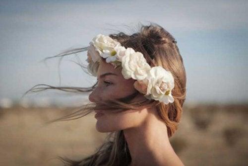 Obserwuj swoje uczucia i zachowanie, kobieta z wiankiem na gowie