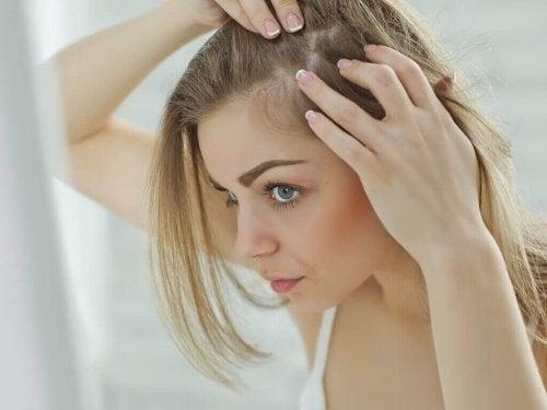 Kobieta przygląda się skórze głowy