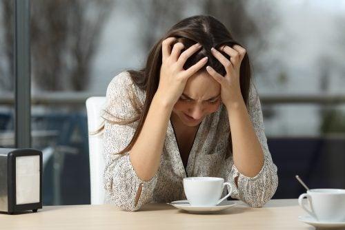 Roztrzęsiona kobieta zły nastrój
