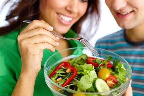 Kobieta próbuje sałatkę Zdrowa dieta