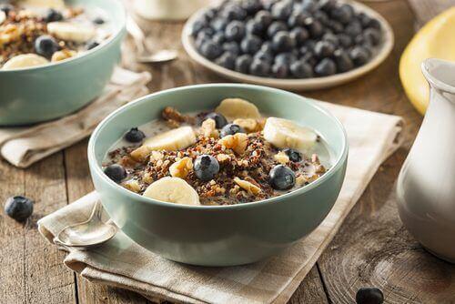 zdrowe śniadanie muesli z bakaliami