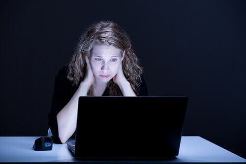 Kobieta przy komputerze stres w pracy