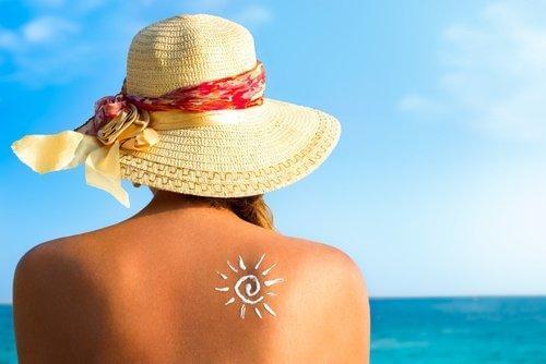 Kobieta z nagimi plecami na plaży