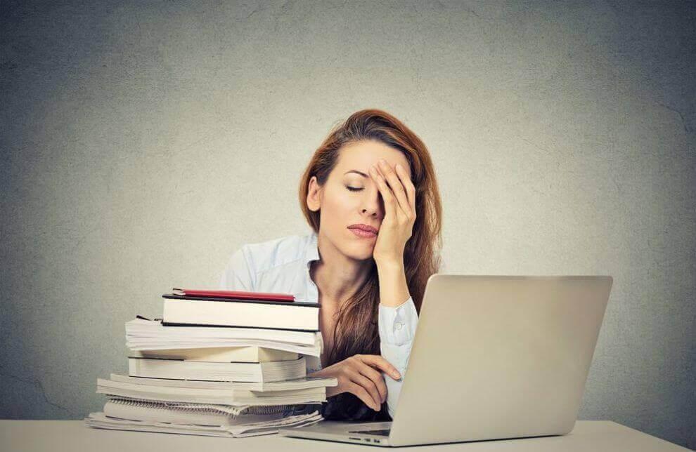 Zmęczona kobieta przy pracy